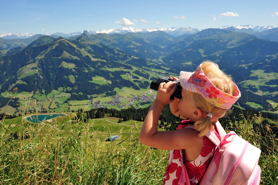 Girls during a hike in the Hohe Salve holiday region